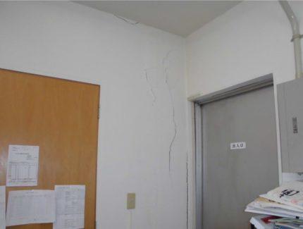 壁のひび Before
